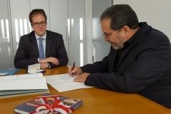 Firma el Libro de Oro de la Ciudad de Erlangen en presencia del Alcalde Doctor Florian Janik